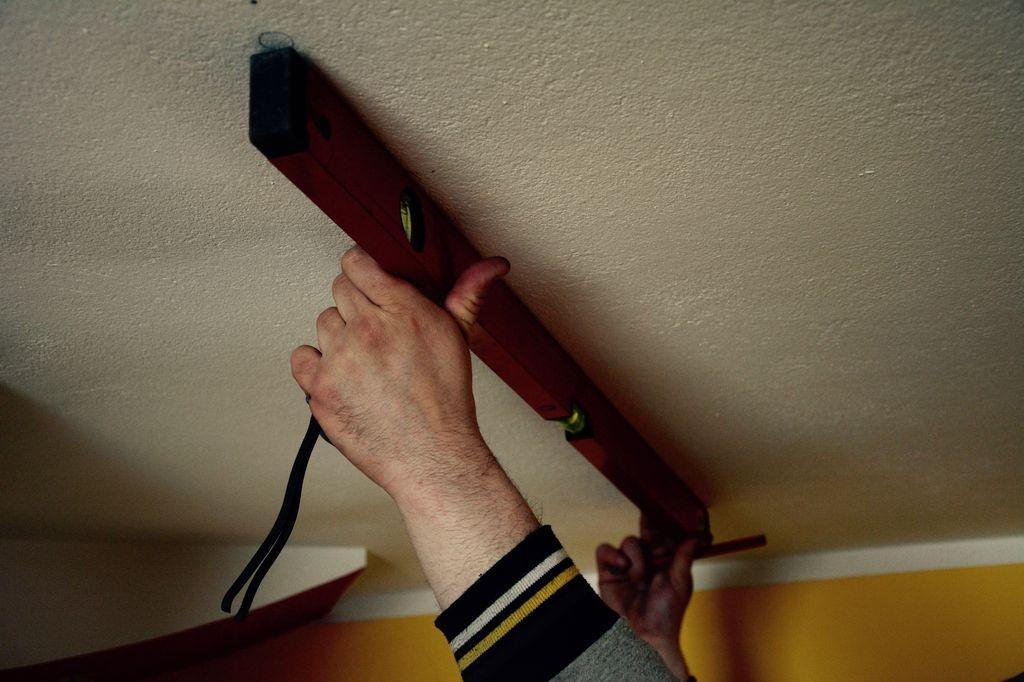 Mierzenie poziomu sufitu do instalacji podnośnika sufitowego